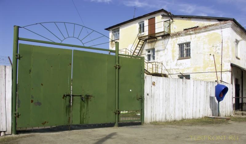 Зона-музей Пермь-36: Вид с улицы на ворота и главное административное здание зоны. (фотография №2)