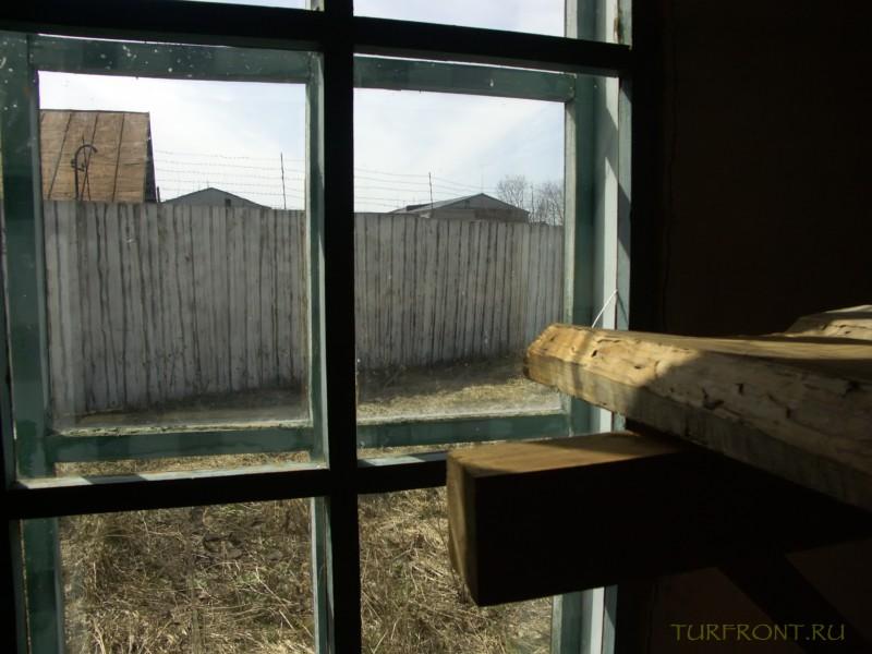 Зона-музей Пермь-36: Нары у окна. В окне - вид на забор с колючкой. (фотография №13)