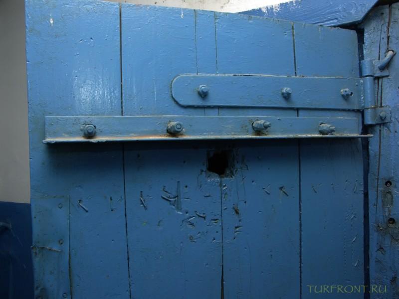 Зона-музей Пермь-36: Деревянная дверь камеры для заключенных. (фотография №21)