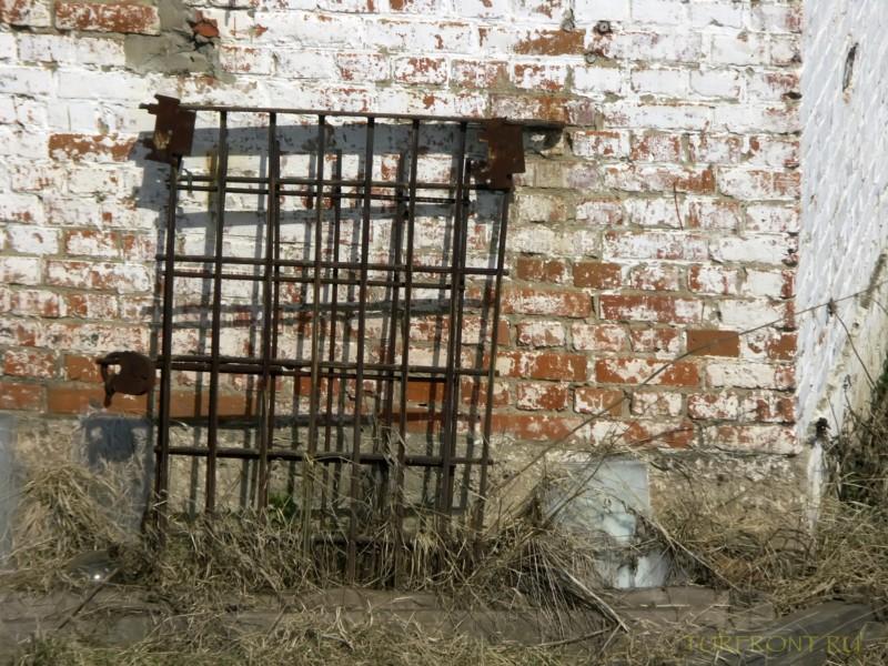 Зона-музей Пермь-36: Оконная решетка, стоящая у кирпичной стены барака. (фотография №27)
