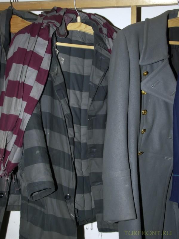 Зона-музей Пермь-36: Полосатая роба заключенного на вешалке, рядом с формой офицера охраны. (фотография №43)