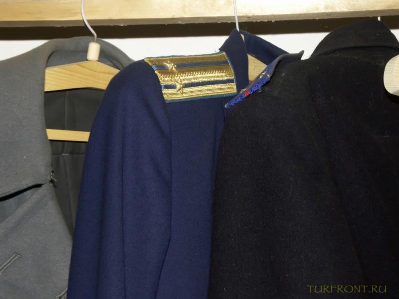Зона-музей Пермь-36: Кители и пальто с погонами, принадлежащие охранникам бывшей зоны.  (фотография №44)