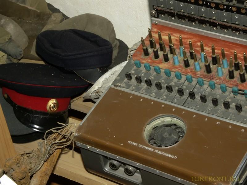Зона-музей Пермь-36: Старая советская рация и фуражки работников НКВД. (фотография №45)
