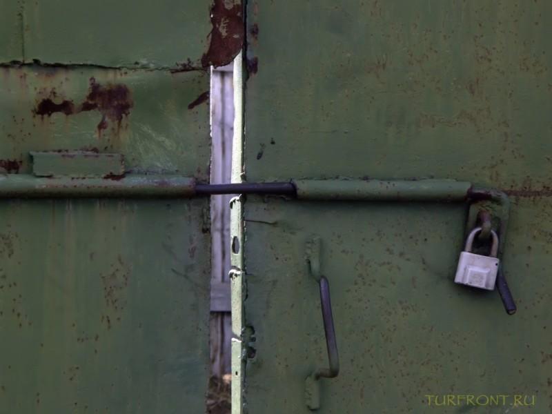 Зона-музей Пермь-36: Металлические ворота с засовом и замком перед входом на зону. (фотография №62)