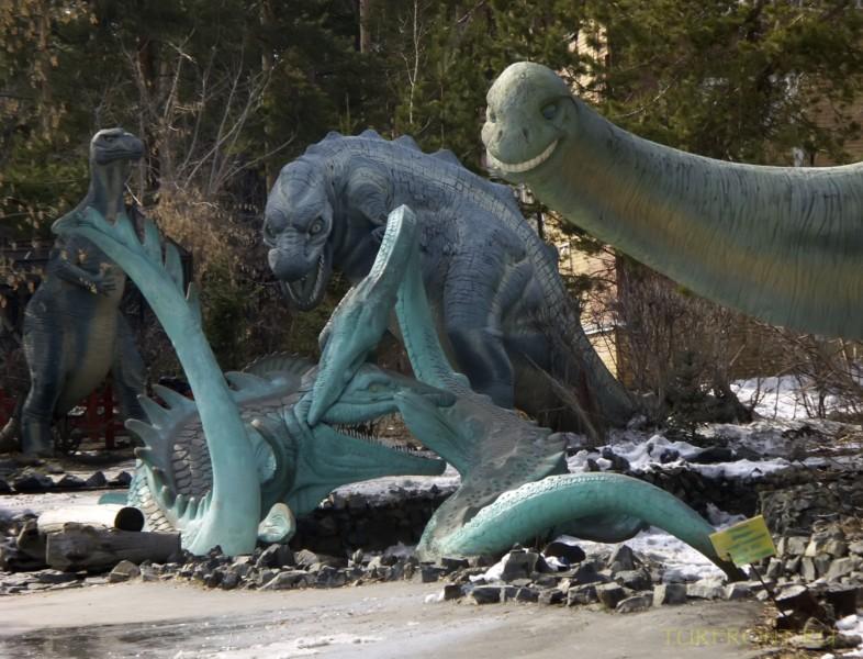 Новосибирский зоопарк: Каменные динозавры в начале зоопарка. (фотография №4)