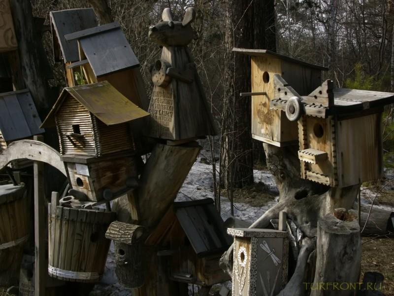 Новосибирский зоопарк: Забор, увешанный деревянными скворечниками на территории зоопарка. (фотография №7)