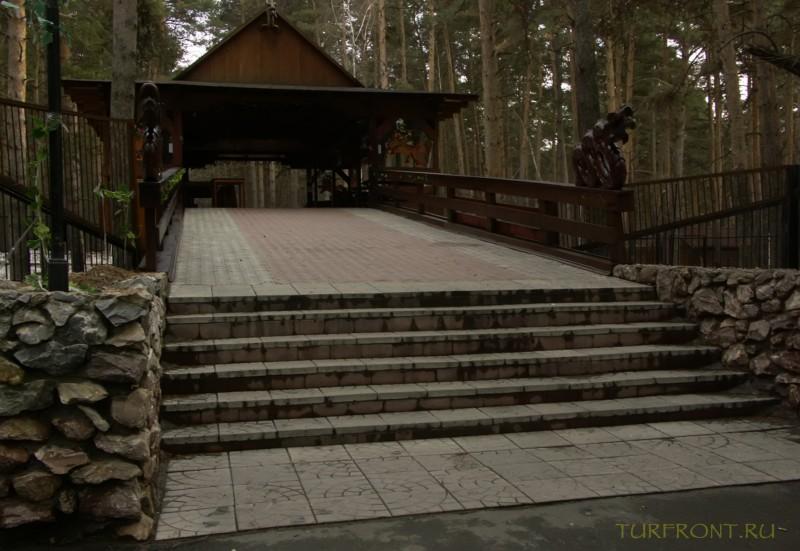 Новосибирский зоопарк: Лестница китайского ресторана, расположенного на территории зоопарка. (фотография №24)