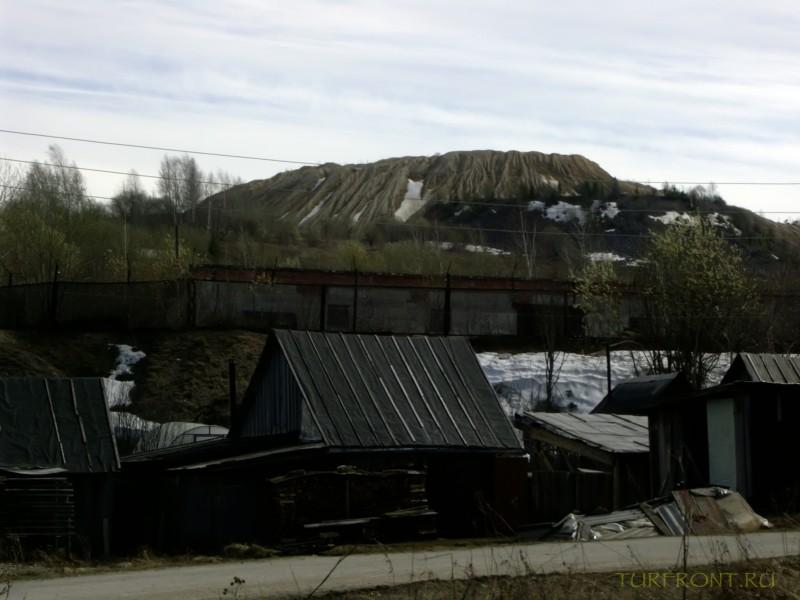 Каменный карьер города Чусовой: Деревянные дома на фоне карьера (фотография №5)