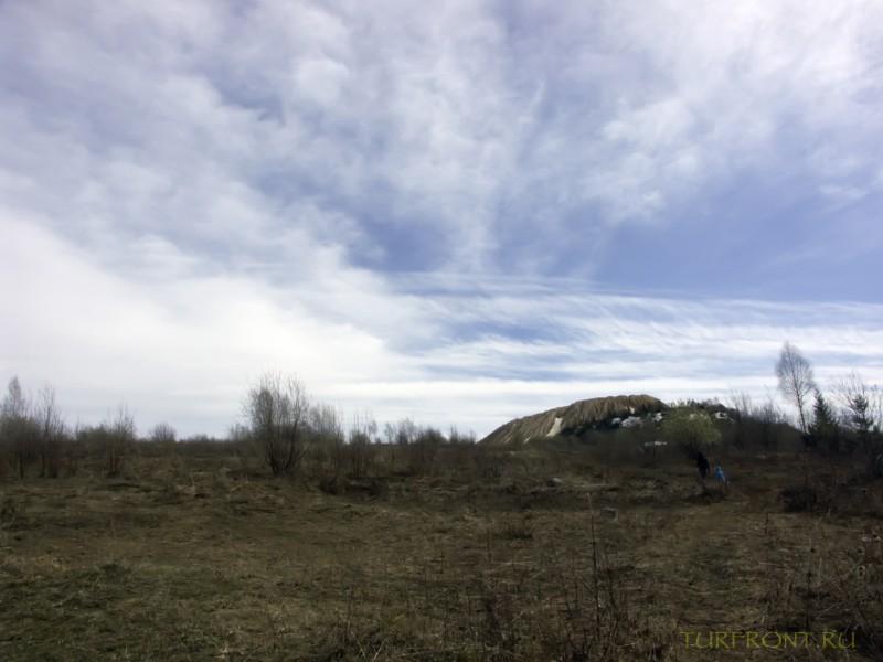 Каменный карьер города Чусовой: Гора карьера вдали на фоне ярко-голубого неба. (фотография №3)