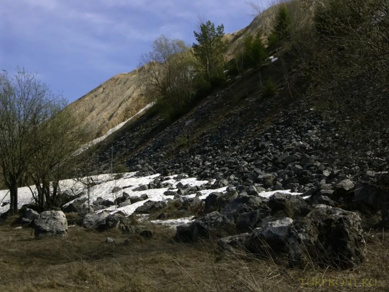Каменный карьер города Чусовой: Снег и каменные насыпи перед склоном карьера. (фотография №9)