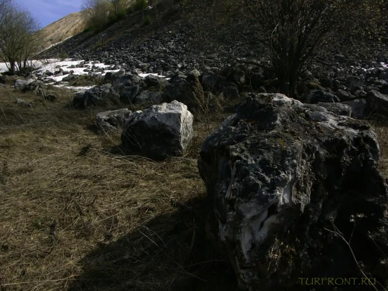 Каменный карьер города Чусовой: Камни, большие и малые, в большом количестве валяются перед карьером. (фотография №10)