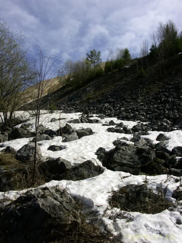 Каменный карьер города Чусовой: Камни в снегу перед карьером. (фотография №1)