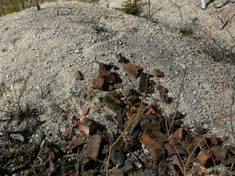 Каменный карьер города Чусовой: Кирпичный бой на фоне песка. (фотография №23)