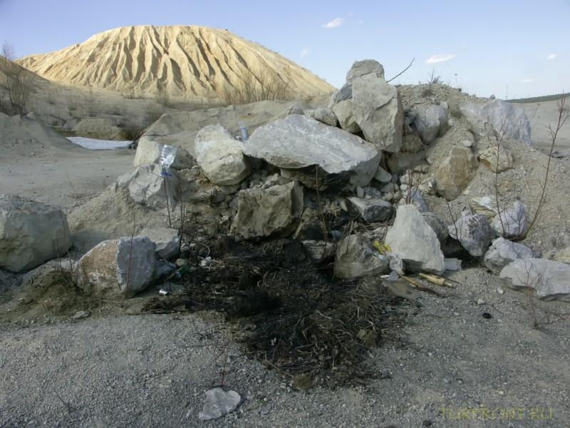 Каменный карьер города Чусовой: Каменная насыпь на фоне горы-карьера. (фотография №25)