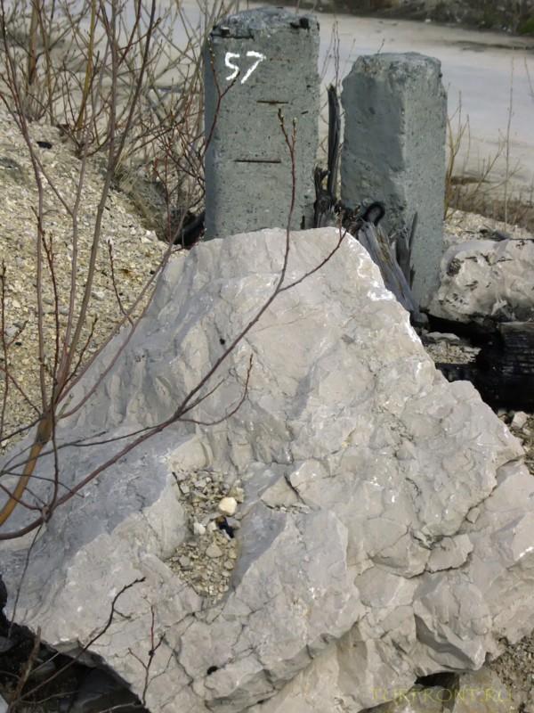 Каменный карьер города Чусовой: Бетонные столбики с цифрами за камнем. (фотография №26)