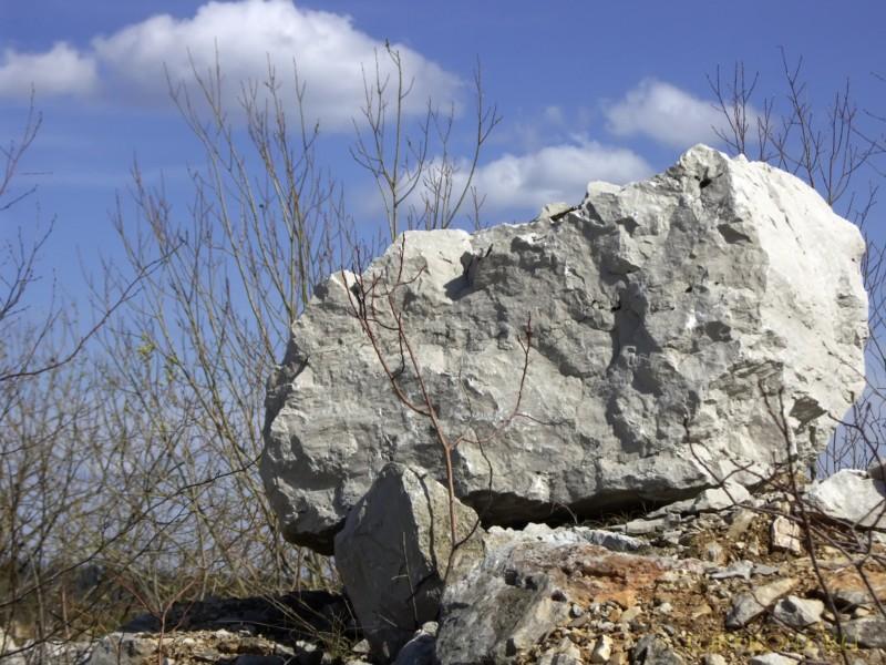 Каменный карьер города Чусовой: Каменная глыба в карьере на фоне голубого неба. (фотография №29)