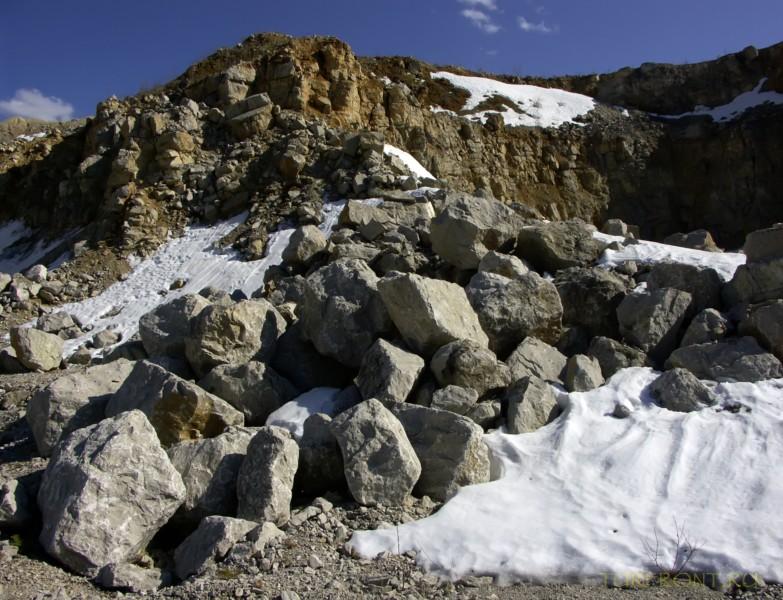 Каменный карьер города Чусовой: Каменная насыпь у верхушки карьера. (фотография №41)