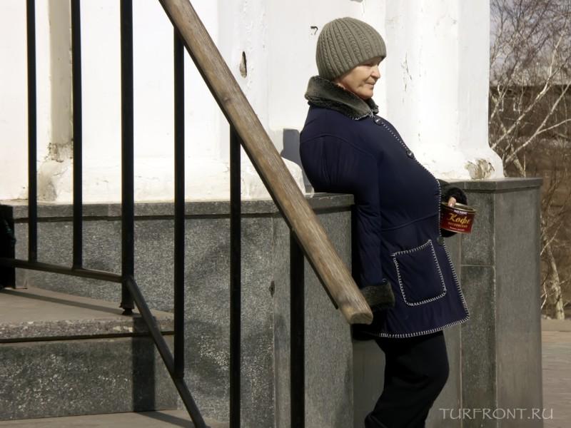Три дня в Красноярске: Женщина с протянутой рукой(баночкой) у часовни ждет следующих молодоженов. (фотография №27)