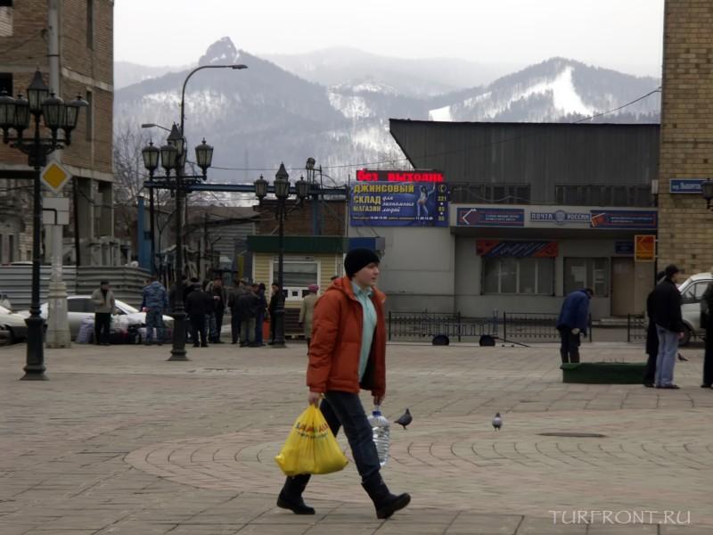 Три дня в Красноярске: Верхушки гор между домов на привокзальной площади. (фотография №2)