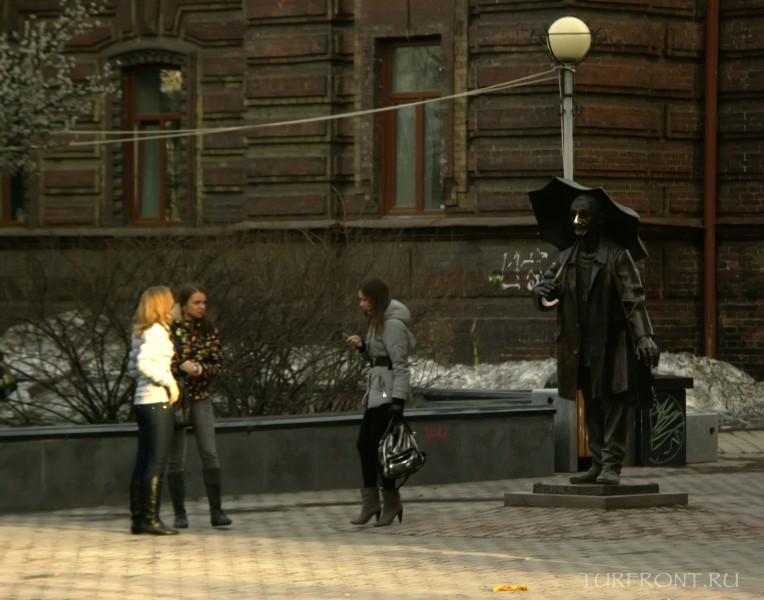 Три дня в Красноярске: Бронзовое изваяние художника Андрея Поздеева на проспекте Мира. (фотография №15)