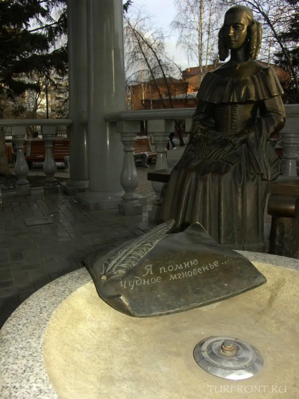 Три дня в Красноярске: «Железная» Натали Гончарова в беседке рядом с Пушкиным. (фотография №17)