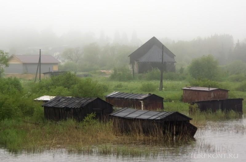 Ночевка в дождливой Сортавале: Туманный берег Ладоги и дома вдали. (фотография №9)