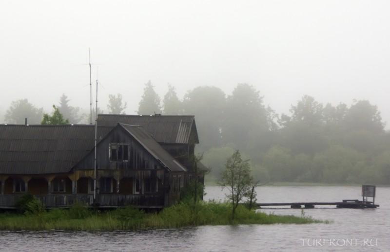 Ночевка в дождливой Сортавале: Домики в тумане на берегу Ладожского озера. (фотография №8)