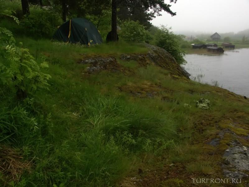 Ночевка в дождливой Сортавале: Утес на берегу Ладожского озера, где мы разбили нашу палатку. (фотография №10)