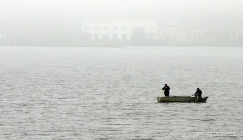 Ночевка в дождливой Сортавале: Ладожское озеро в тумане после дождя и рыбак на лодке. (фотография №13)