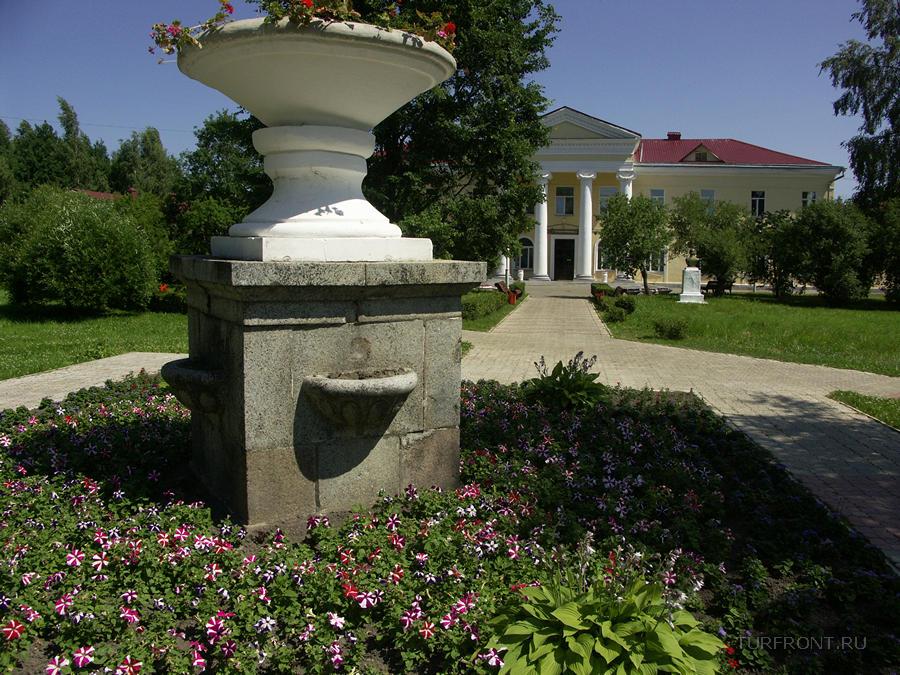 Курорт Старая Русса: Архитектурно-цветочные красивости перед входом в грязелечебницу. (фотография №3)
