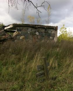 Каменные развалины имения в деревне Кострони. | Фото 1