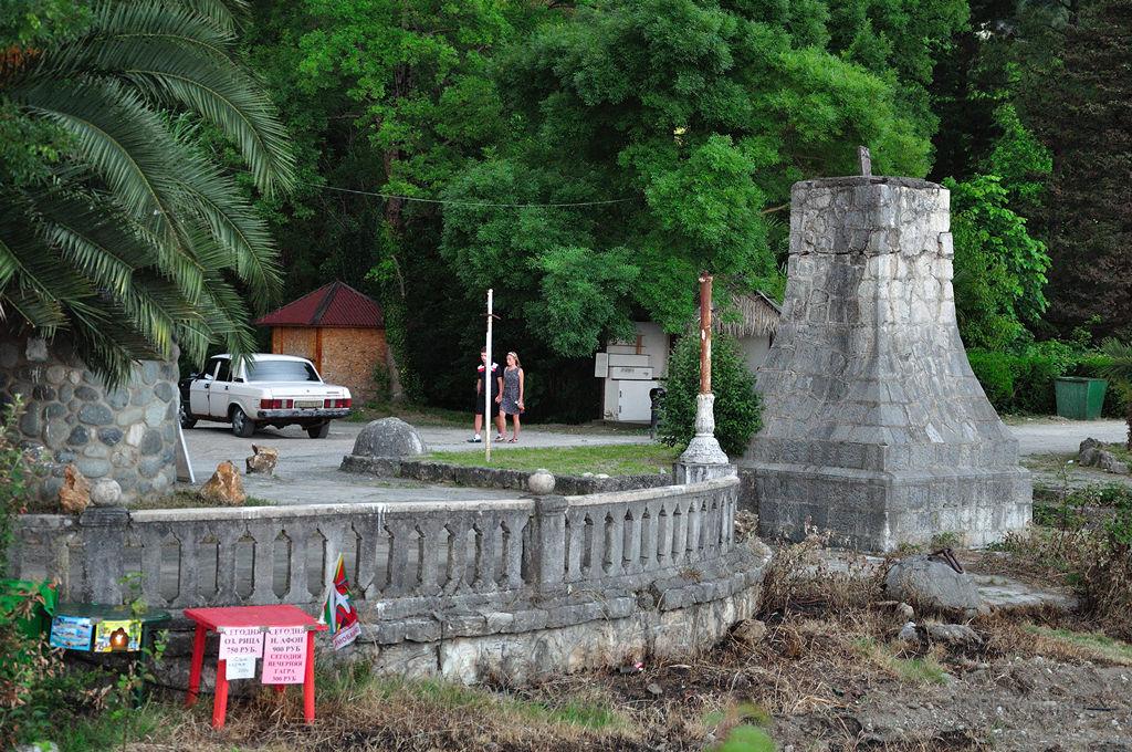 Старая Гагра: Приморский парк: Приморский парк: каменная набережная (фотография №5)