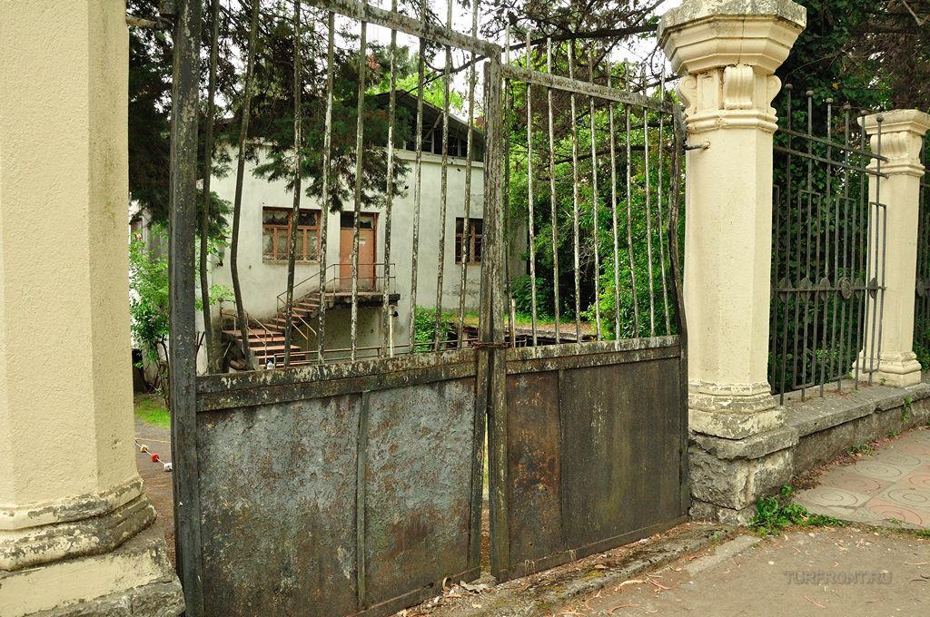 Старая Гагра: Советский курорт: Ржавые ворота бывшего пансионата для членов Палитбюро. (фотография №3)