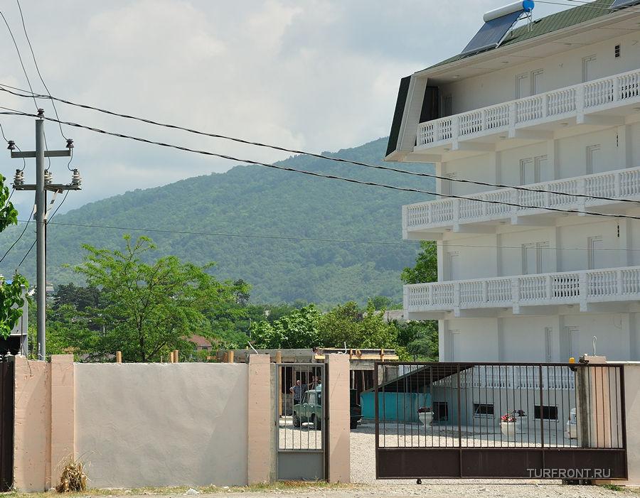 По улицам Цандрипша: Трехэтажное болоснежное здание гостевого дома в Цандрипше.Далеко не все тут живут бедно. (фотография №1)