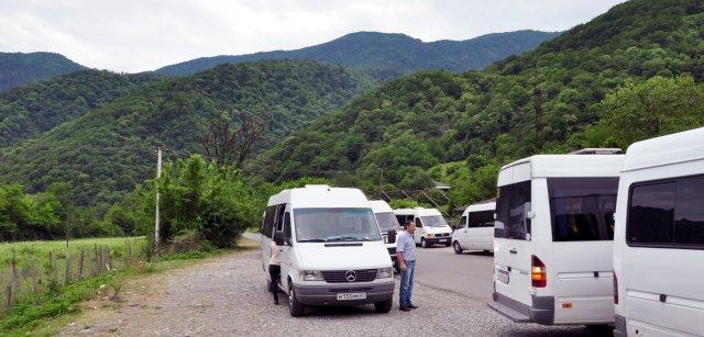Этот страшный зверь — Абхазия (часть третья): Маршрутные экскурсионные микроавтобусы выстроились чередой в ожидании клиентов, желающих прокатиться по горам. (фотография №1)