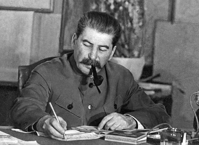 Иосиф Виссарионович Сталин(Джугашвили) за рабочим столом. | Фото 1