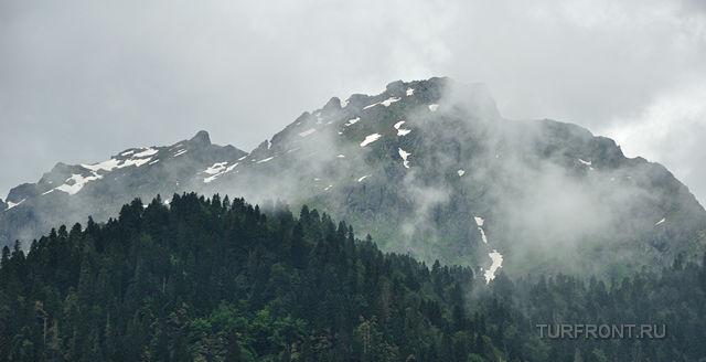 Рица — это «что-то»: Вершины гор, окутанные облаками. (фотография №1)