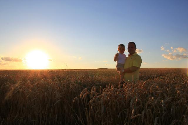 Неизведанный Юг: По дороге к неизведанньму Югу.: в поле с сыном на руках. (фотография №1)